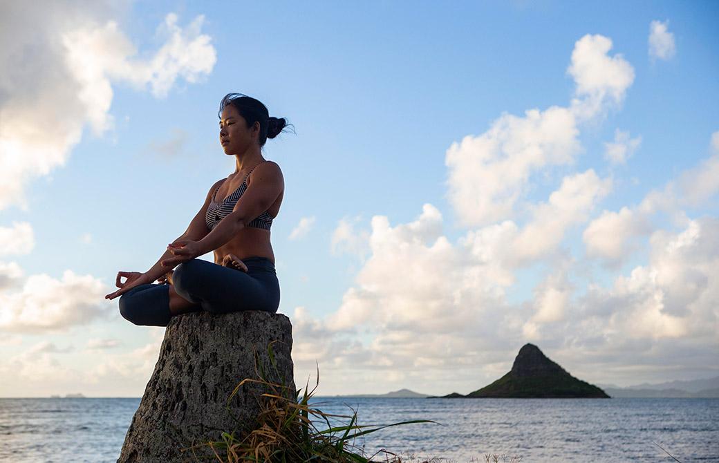 ヨーコ・フジワラの瞑想シーン