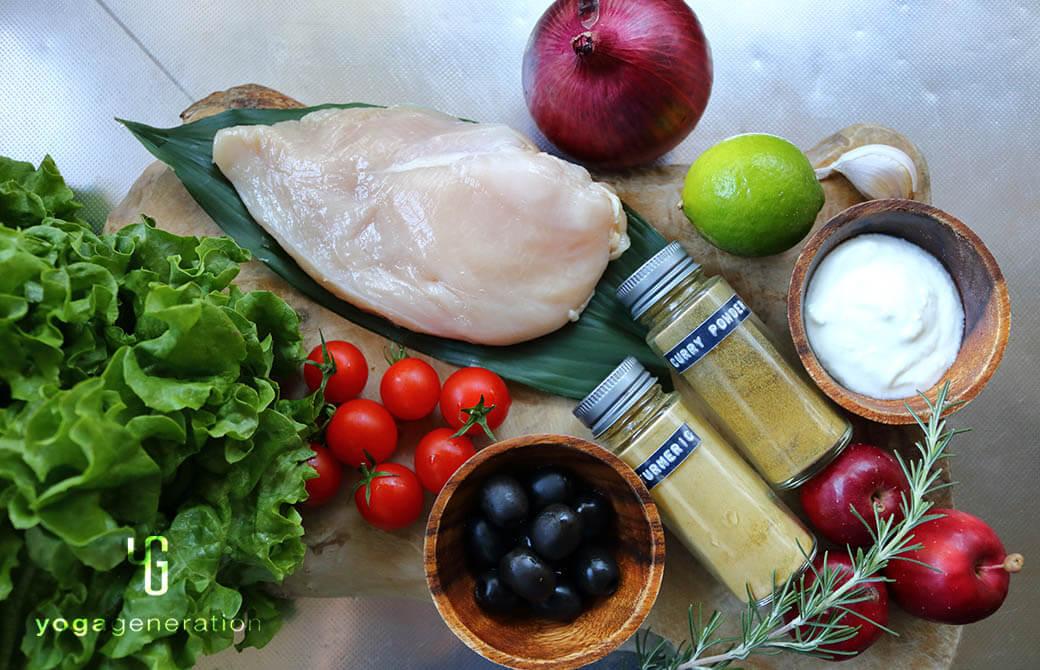 材料の鶏胸肉やリンゴなど