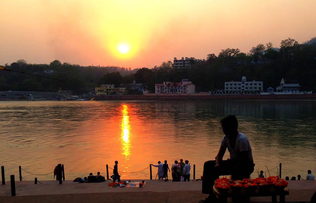 夕焼けに染まるガンジス川