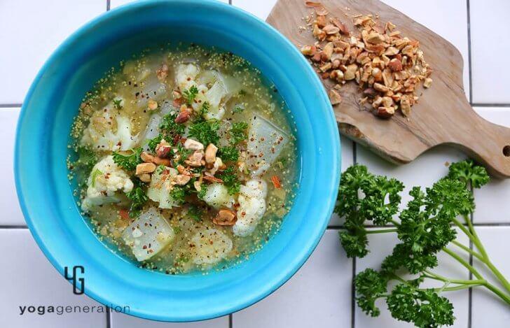 冬の旬野菜で体ぽかぽか!大根とカリフラワーのマスタード味噌スープ
