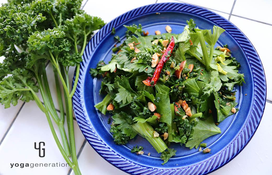 藍色のお皿に盛り付けたアンチョビーガーリックなパセリソースの爽やかサラダ