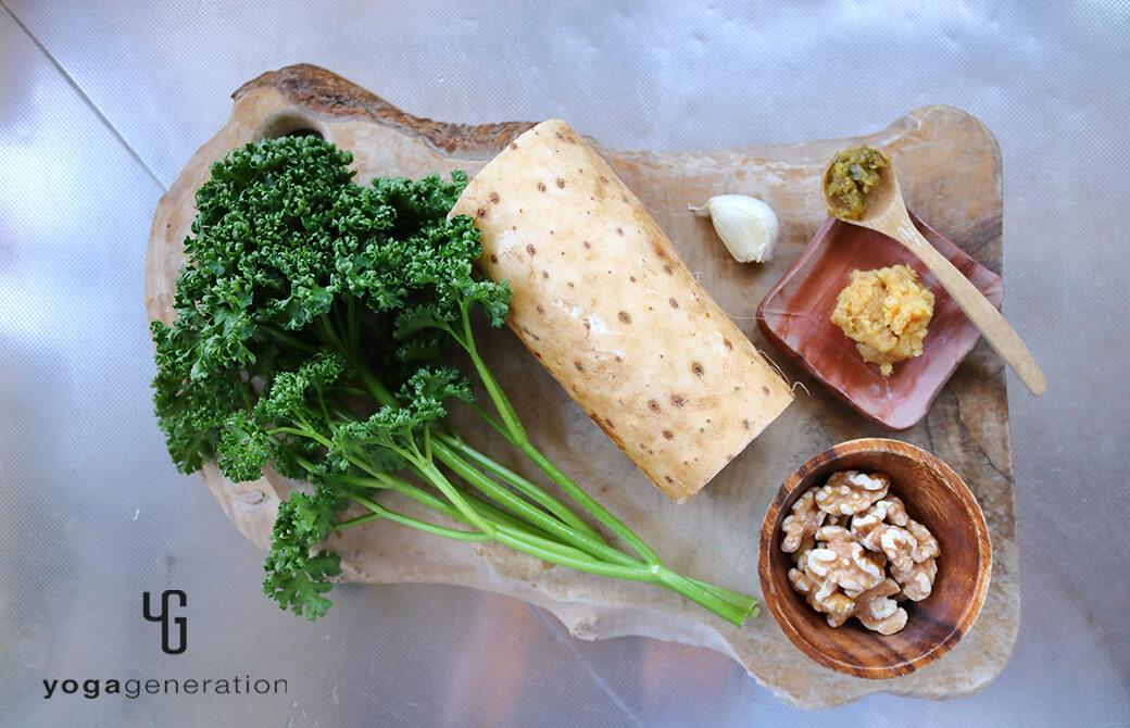 材料のパセリや長芋、ニンニクなど