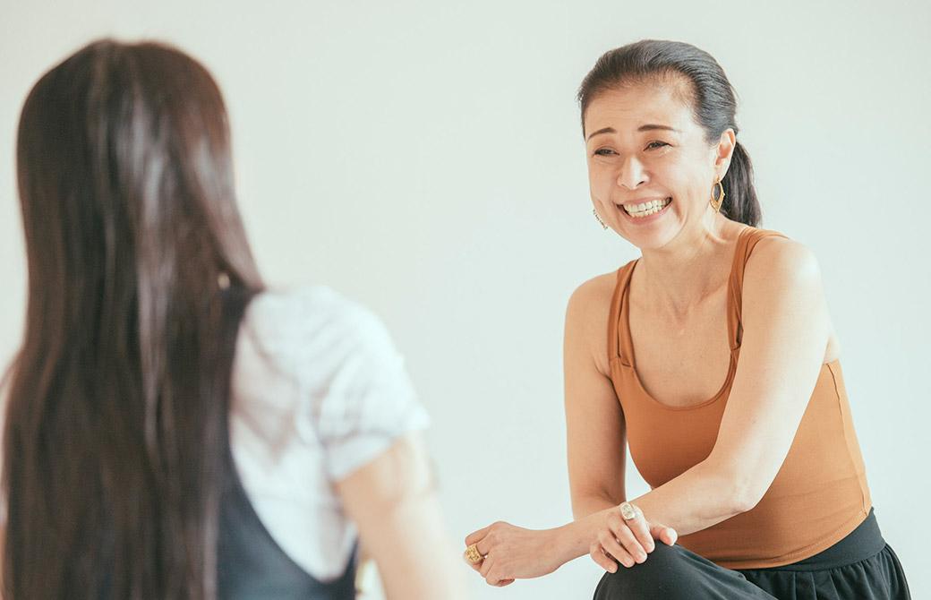 インタビューを受けている久美子先生