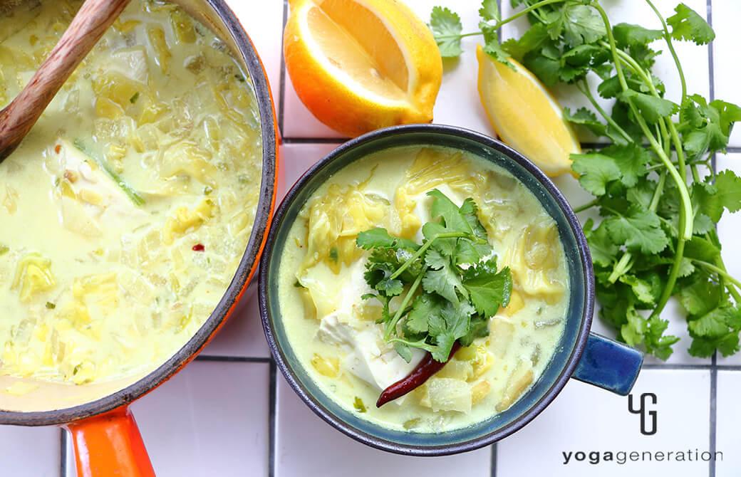 お鍋とカップに盛り付けたお豆腐とキャベツのココナッツミルクスープ