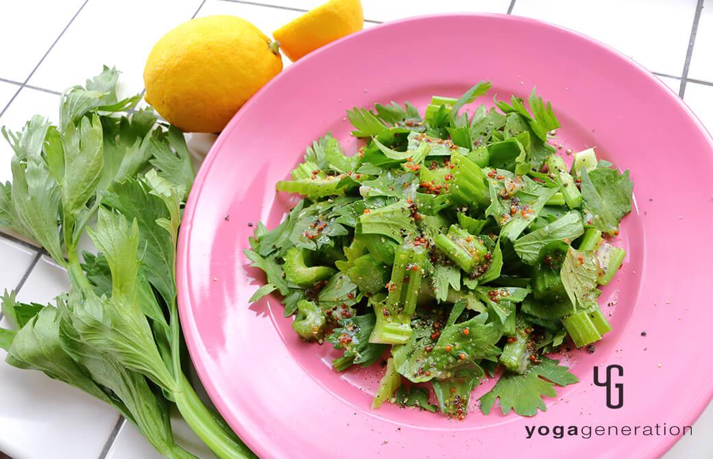 ピンクのお皿に盛りつけた蜂蜜レモンドレッシングでセロリのサラダ