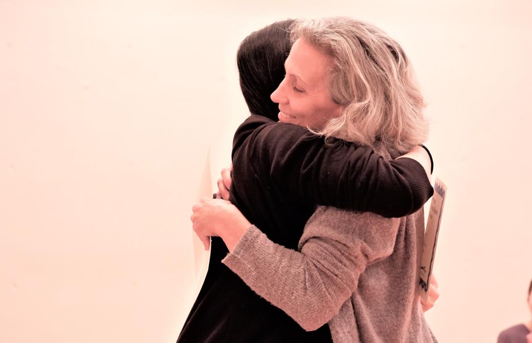 微笑みながら生徒さんと抱き合うマリア・カースティン