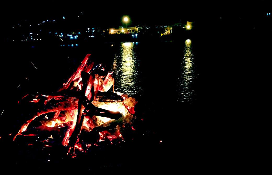 ホーリーの初日に行われるガンジス川沿いでの焚火