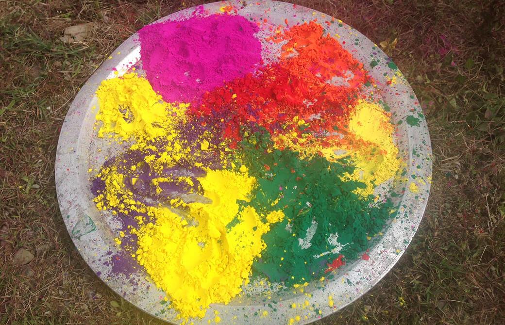 ホーリーで使われる色粉