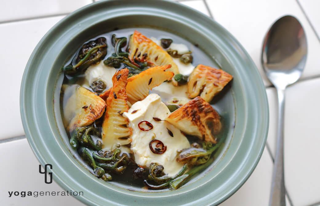 シンプルなスープにアレンジ!タケノコとワラビのガーリック炒め