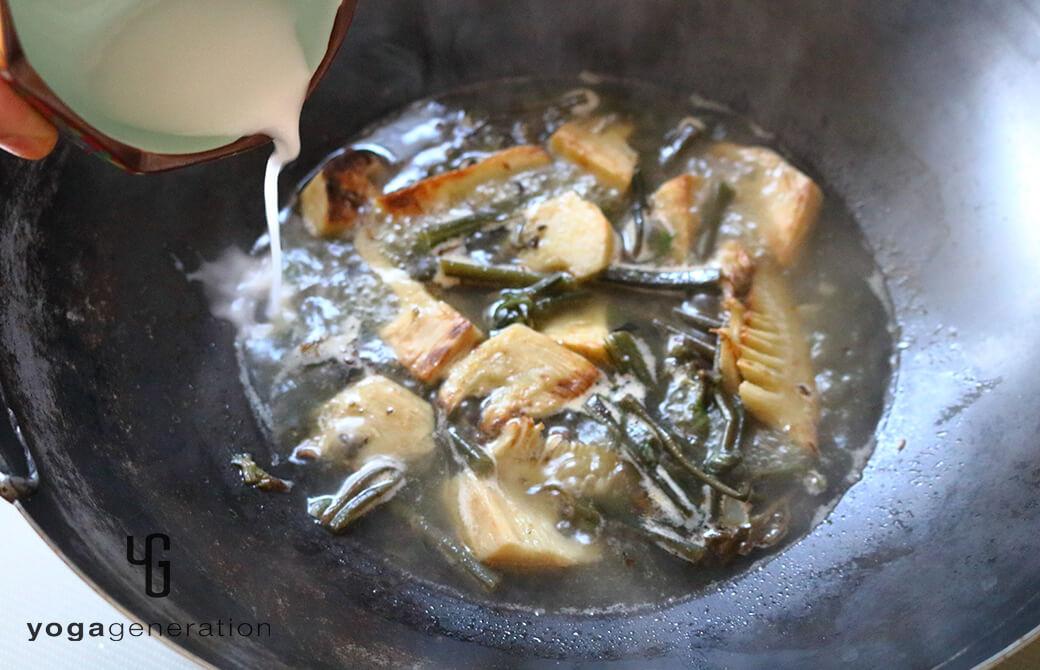 タケノコとワラビのガーリック炒めのを餡掛けにする