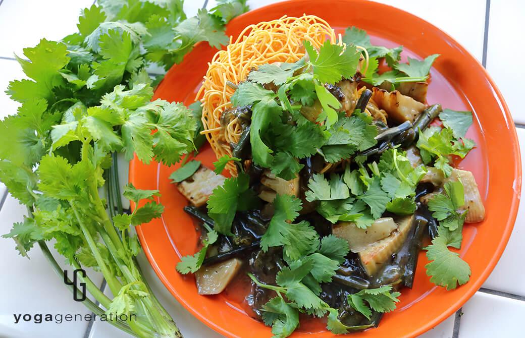 タケノコとワラビのガーリック炒めの餡掛け麺