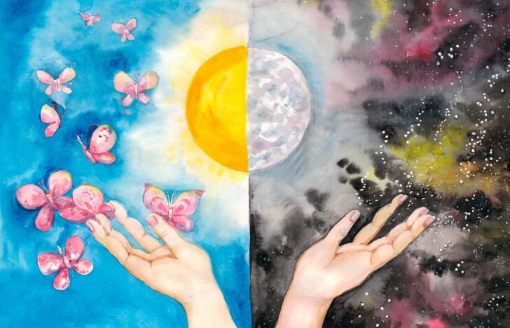 月と太陽と人の手