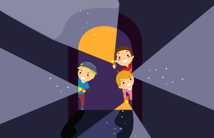 暗闇をライトで照らす子供探偵団
