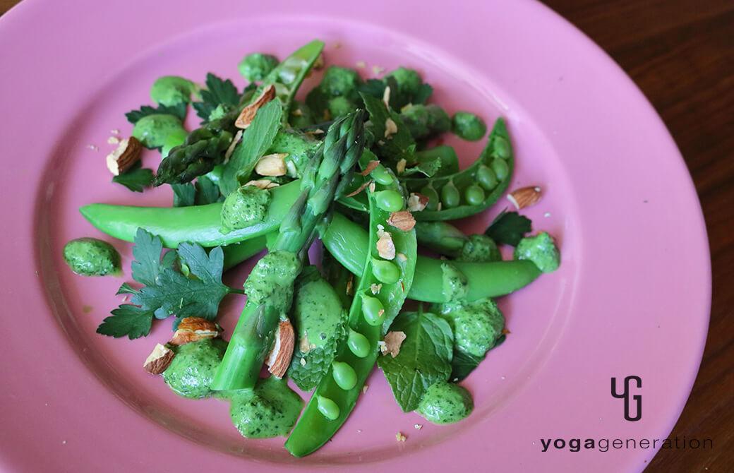 ピンクのお皿に盛り付けた緑を楽しむサラダ