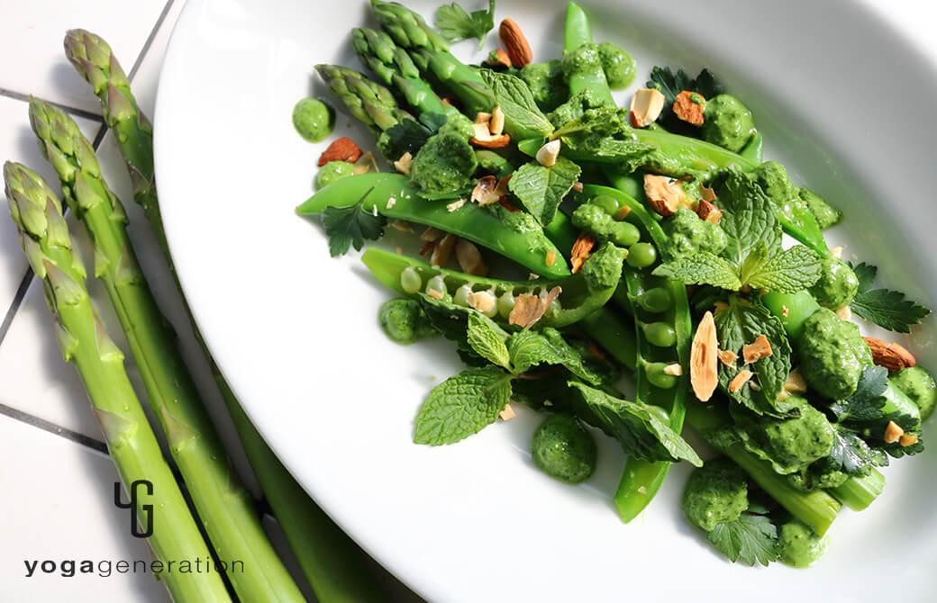 白いのお皿に盛り付けた緑を楽しむサラダ