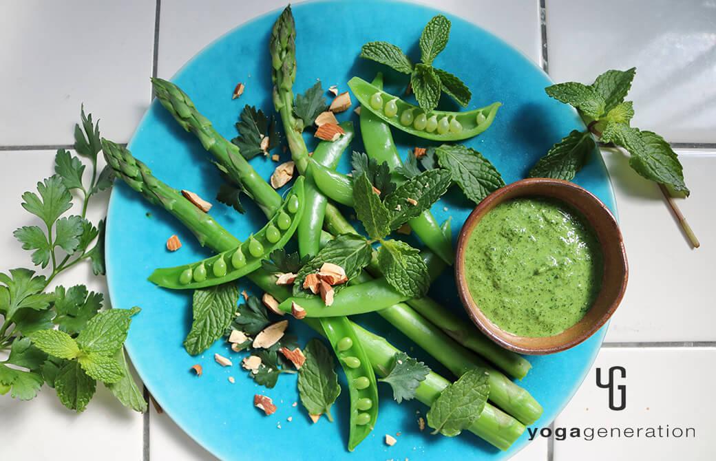 ターコイズのお皿に盛り付けた緑を楽しむサラダ