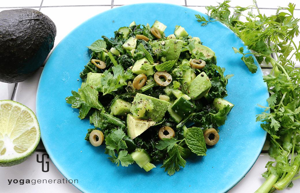 ターコイズの器に盛り付けた緑を楽しむサラダ