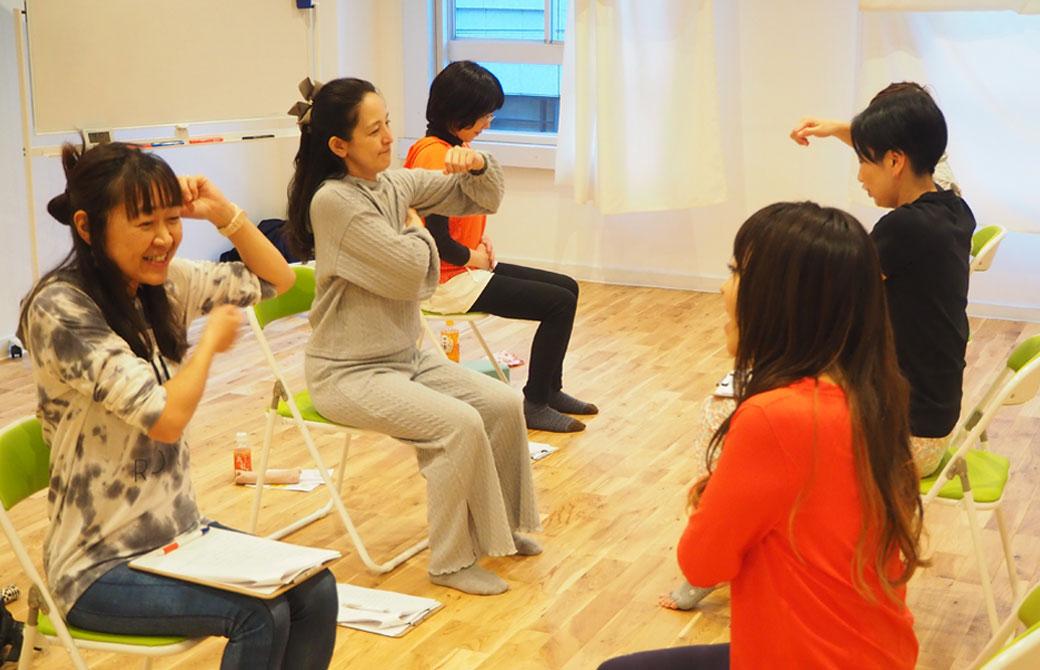 チェアヨガ指導者養成講座での練習風景