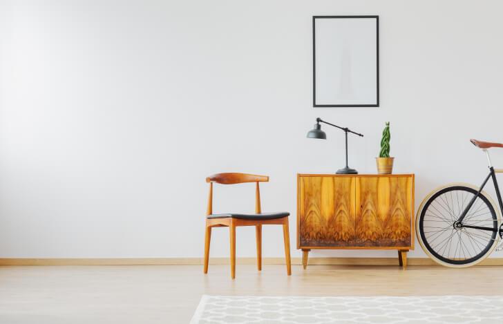机と椅子のある部屋の風景