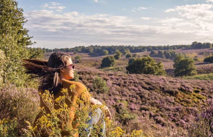 大自然の風景を眺める女性