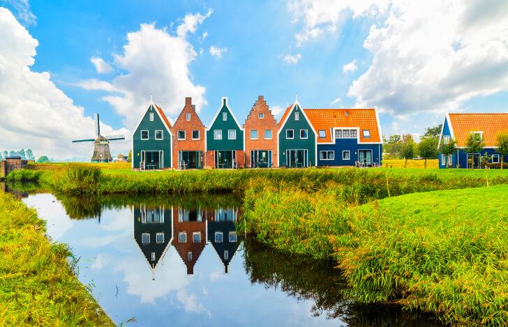 オランダの家と川がある風景