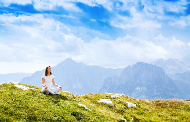 大自然で瞑想をする女性