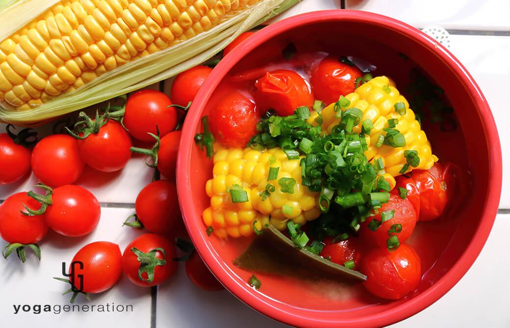初夏の旨みを楽しむ!トウモロコシとトマトのお味噌汁