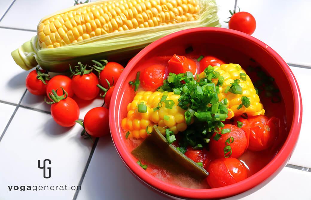 赤い器に盛り付けたトウモロコシとトマトのお味噌汁