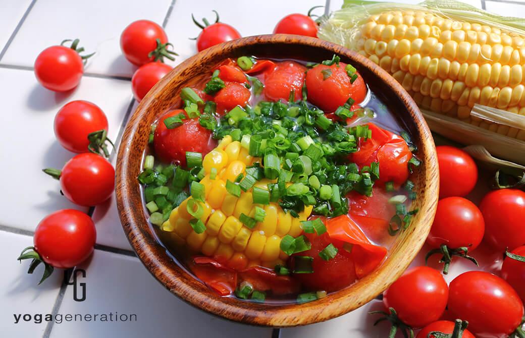 木の器に盛り付けたトウモロコシとトマトのお味噌汁