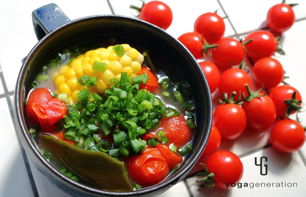 マグカップに盛り付けたトウモロコシとトマトのお味噌汁
