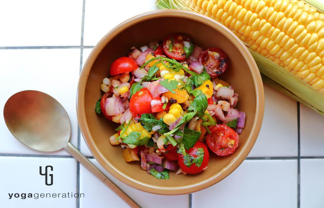 茶色のお皿に盛りつけたトウモロコシとトマトのザクザク・サラダ