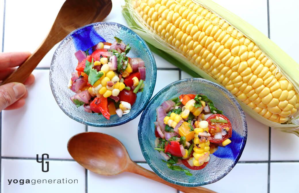 ガラスのお皿に盛りつけたトウモロコシとトマトのザクザク・サラダ