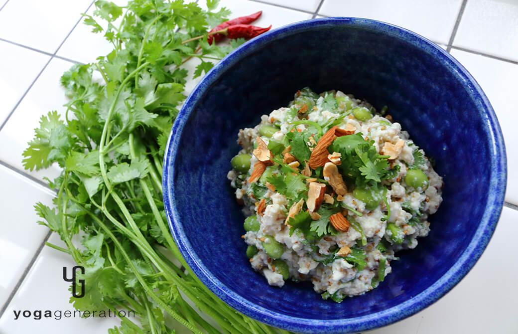 群青色の器に盛り付けた枝豆とパクチーのアジアン白和え