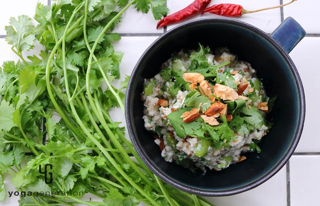 インディゴの器に盛り付けた枝豆とパクチーのアジアン白和え