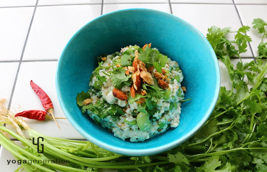 淡いターコイズの器に盛り付けた枝豆とパクチーのアジアン白和え