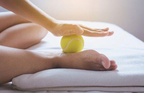 テニスボールで足裏を指圧