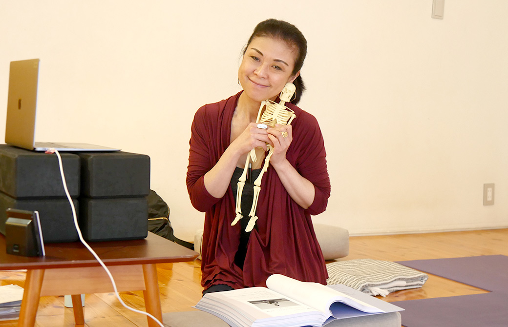 RYT200の一場面。マック久美子先生のサービスショット