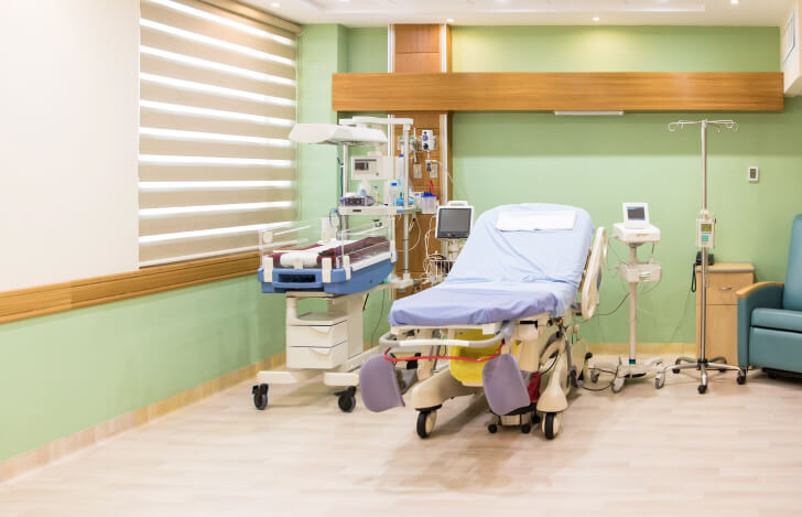 分娩室の中の分娩台