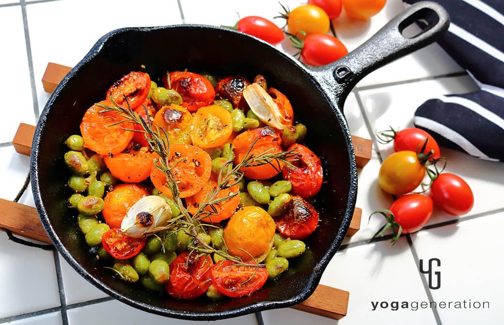 スキレットでそのまま楽しむ、枝豆とトマトのローズマリーグリル