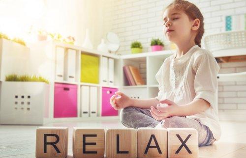 瞑想をしている子ども