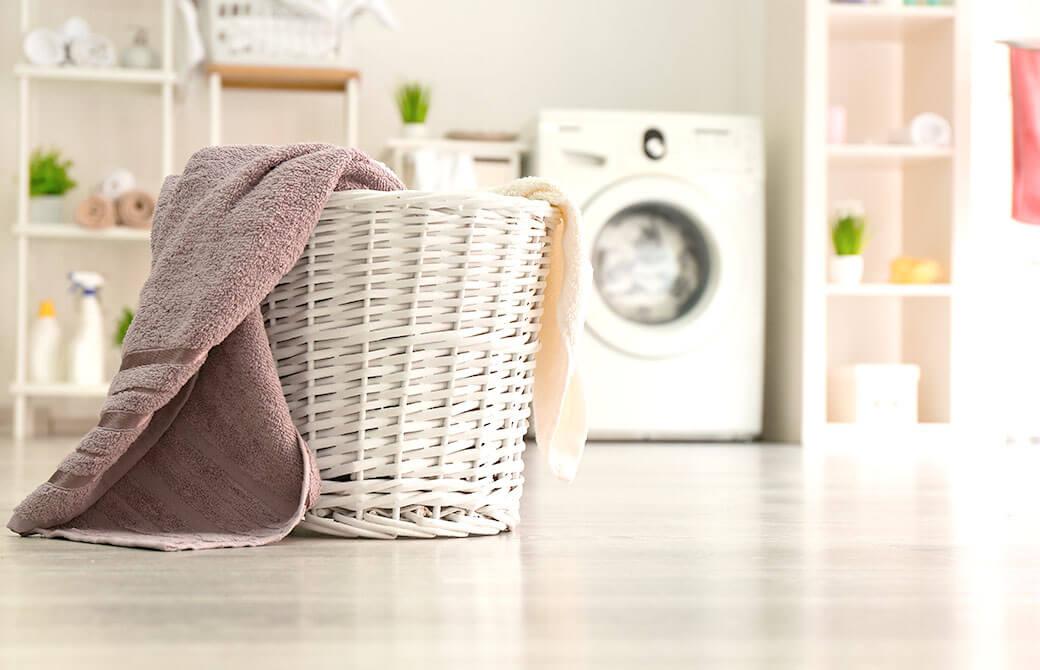 洗濯機と洗濯物かご