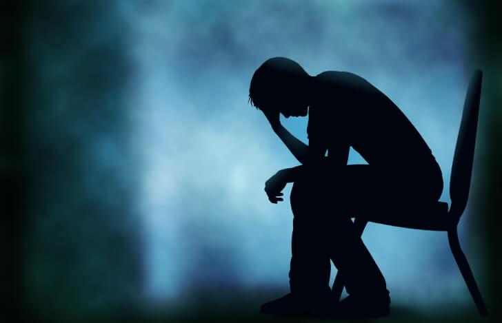 苦悩する男性のシルエット
