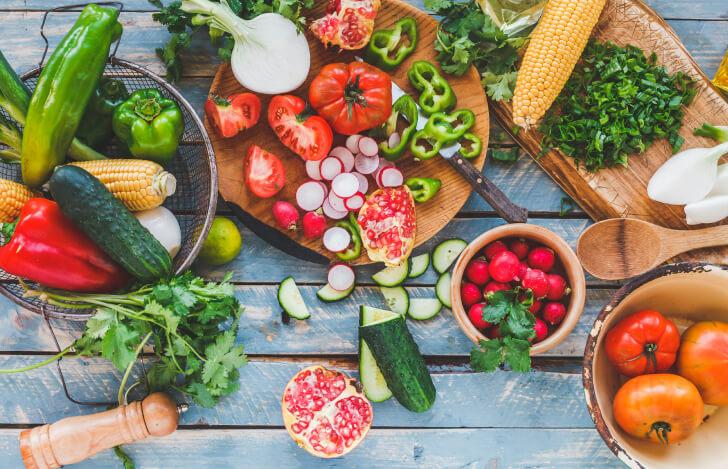 テーブルに並べられたたくさんの夏野菜や果物