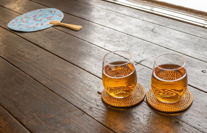 グラスに入った麦茶とうちわ
