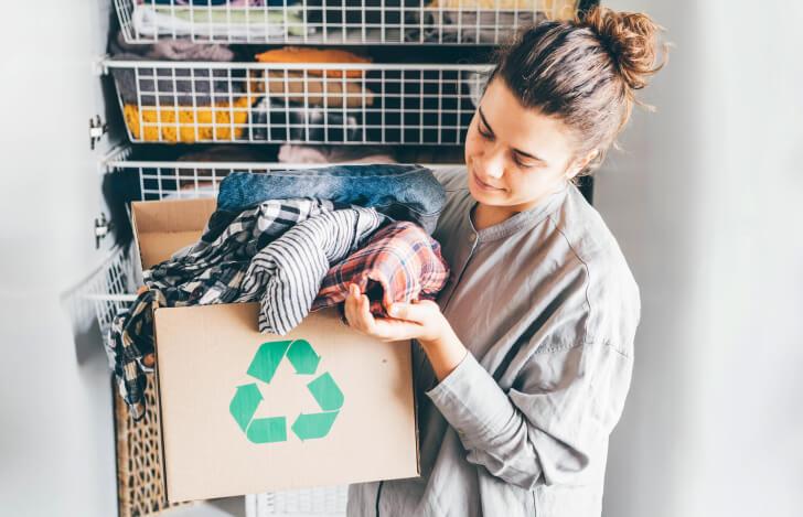 リサイクルペーパーバッグの中の布を手に取る女性