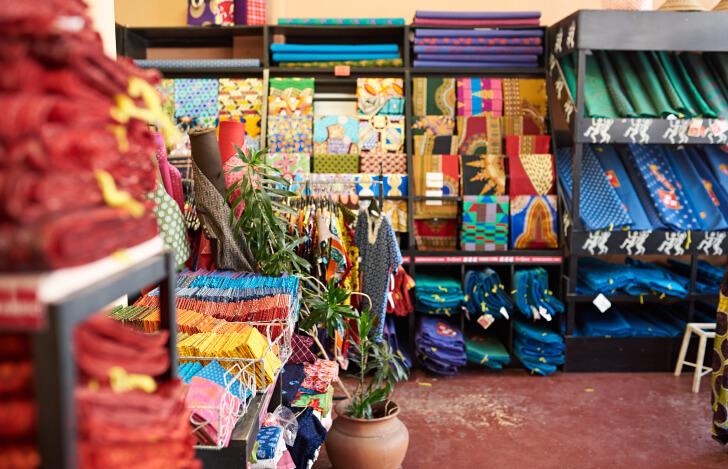 DIYショップに並ぶ色とりどりの布