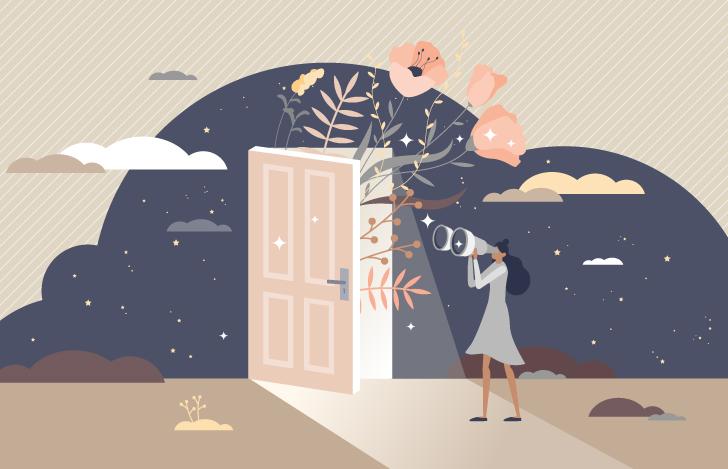 細く開いたドアを望遠鏡で覗く女性