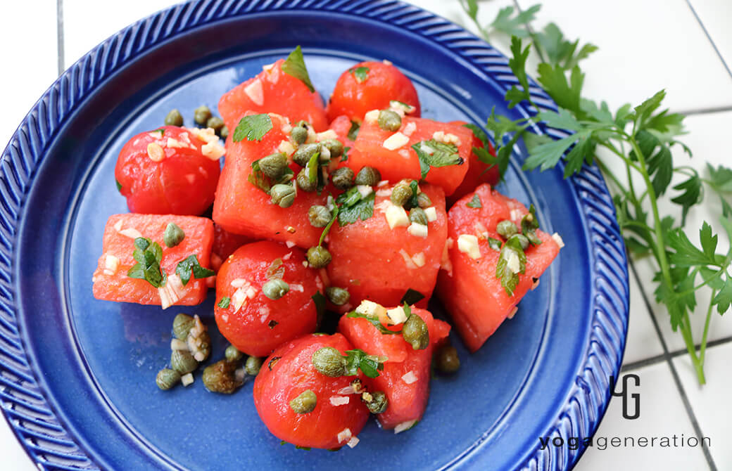 群青色のお皿に盛り付けたスイカとトマトのガーリック・ケイパー・サラダ