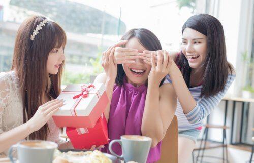 誕生会をしている3人の女性