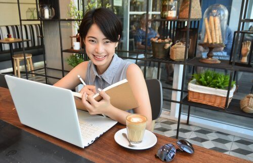 カフェでパソコンする女性